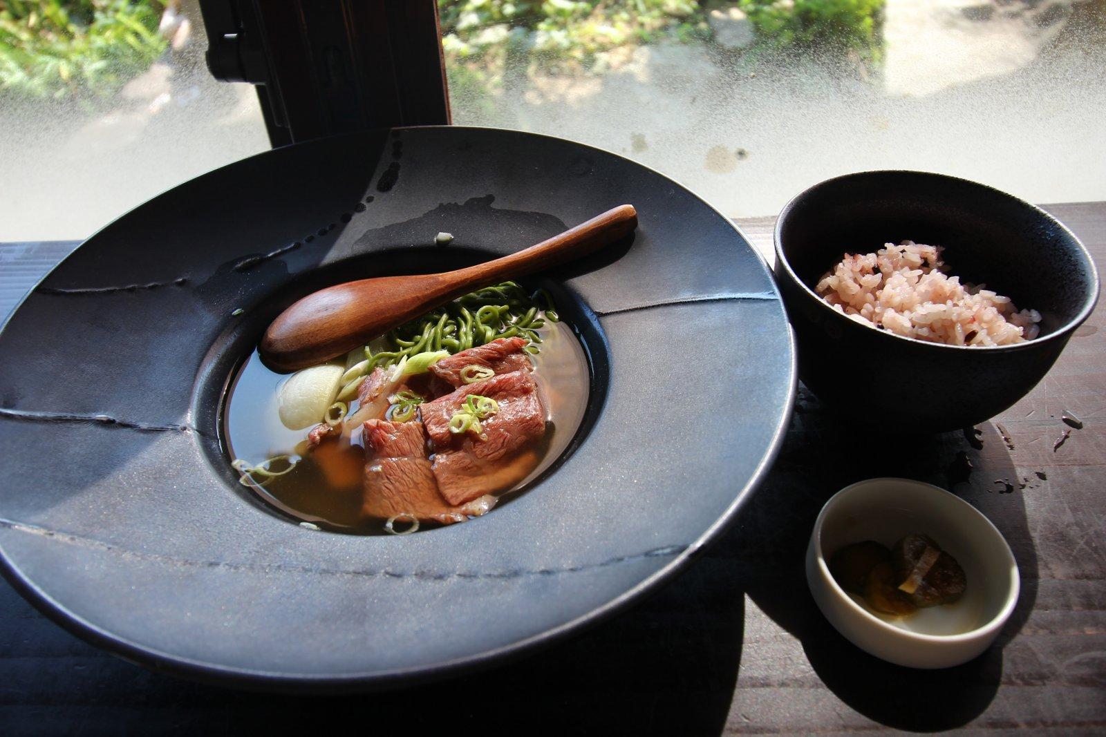 淡路牛のタタキとわかめ麺の和風だし仕立て